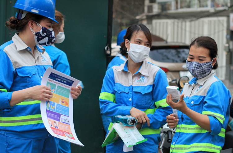Cleaner on Truc Bach Street received more protective equipment on March 9, 2020. Photo by VnExpress/Phan Duong.