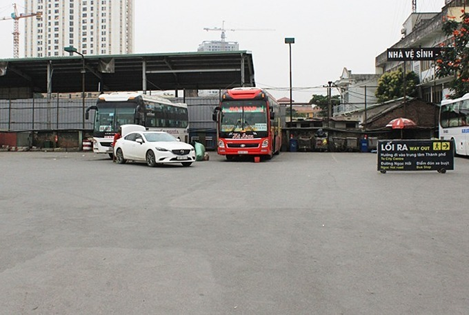 Few buses operate at Nuoc Ngam Bus Station in Hanoi on March 11, 2020 amid the coronavirus epidemic. Photo by VnExpress/Anh Duy.