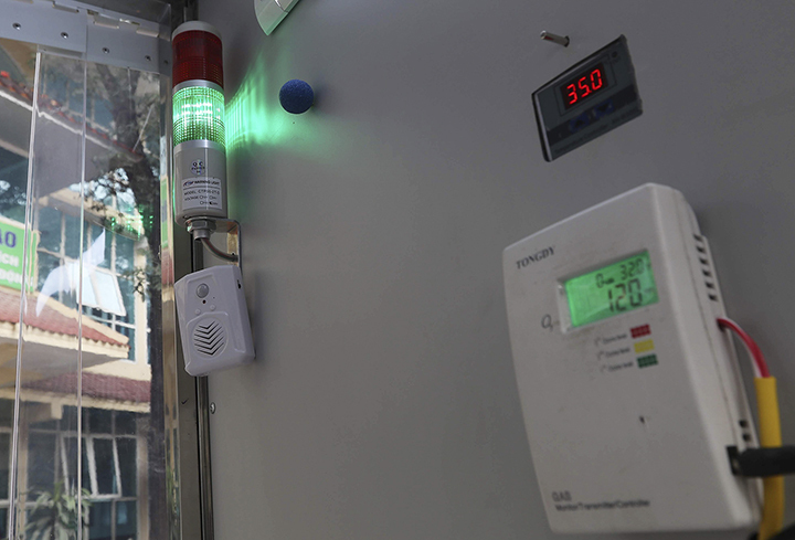 The entire system is designed and manufactured using Vietnamese techniques and products.The institute and the university have yet to come up with a production cost for the system, but it is estimated that the system can disinfect up to 1,000 people per day.