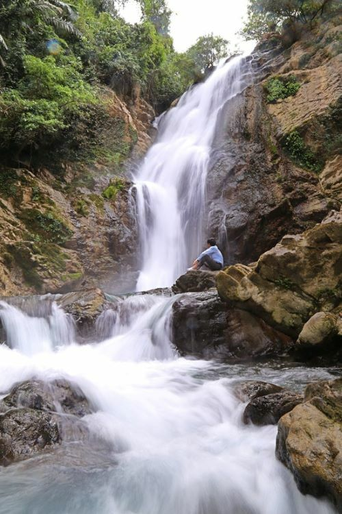 Trang Ta Puong Waterfall is located in Trang Ta Puong Village, Huong Hoa District, 120 kmfrom Dong Ha Town of Quang Tri Province. It lies west of the mighty Truong Son mountain range.From Quang Tris center, visitors can head west on Highway 9 for 60 kmthen turn onto Ho Chi Minh Roadand head west for another 60 km, finishing with a 20-minute-trek through the jungle to the waterfall. According to British Caving Association, the first waterfall is estimated to measure around 30-35 meters in height.