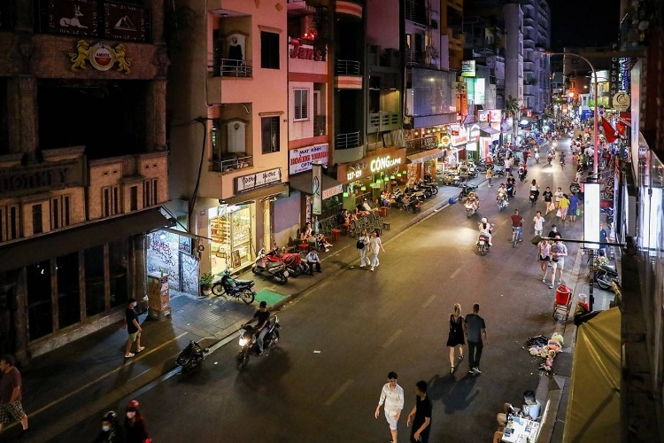 The People's Committee of Saigon's District 1 has ordered all places of amusement such as cinemas, massage and karaoke parlors, beer clubs and discotheques to close from 6 p.m. on Saturday until further notice. By evening Bui Vien street, a popular area for backpackers in the district, was abandoned.