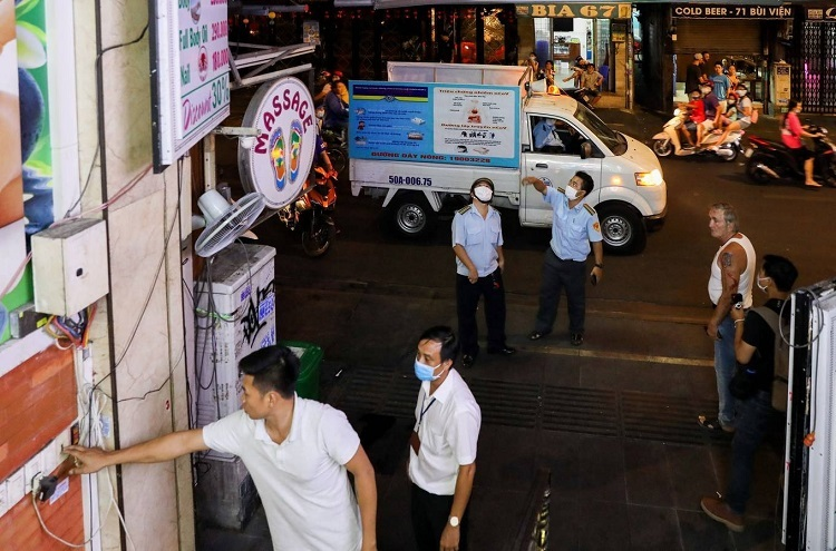 Local officials go to each store and restaurant on Bui Vien street to tell them to turn off the lights, take their signboards inside and close.