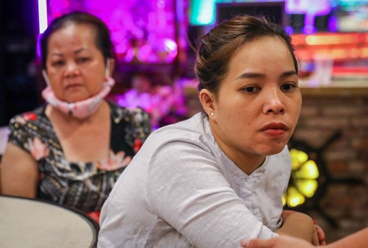 Ngoc Tuyen, 30, could not hide her sadness after losing her job. The woman from the central Khanh Hoa Province worked as a waitress and earned at least VND15 million ($646.5) a month and with it took care of her two children. I surprisingly lost my job, I do not know what to do now.
