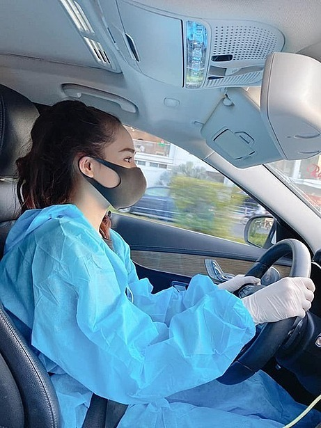 The actress also wears gloves while driving and tells her fans to be more optimistic in the fight against the bad virus. Photo courtesy of Nha Phuong.