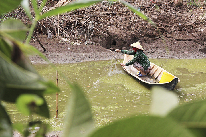 A woman sits in a boat in the middle of a canal that has almost run dry Ca Mau Province of Vietnams Mekong Delta, February 10, 2020. Photo by VnExpress/Van Em