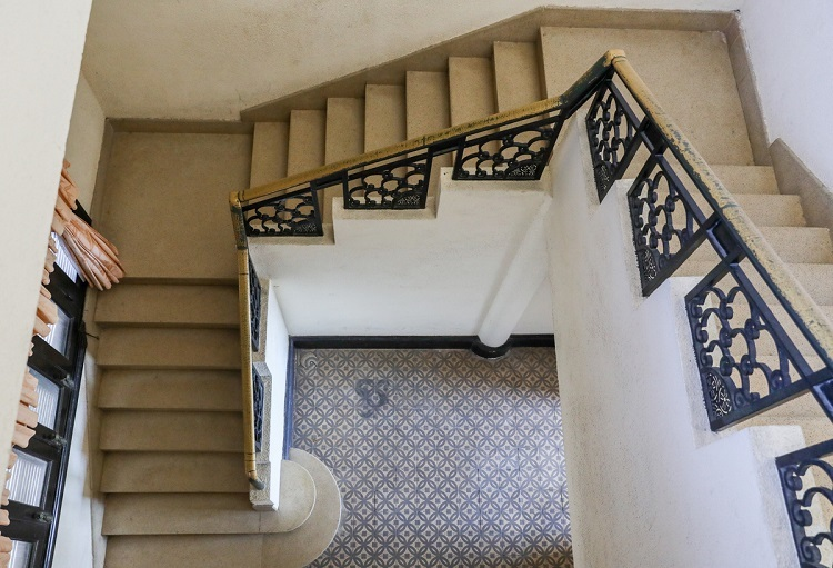 The main stair has iron handrails with meticulous details. A separated staircase built of wood was meant for servants and housekeepers.
