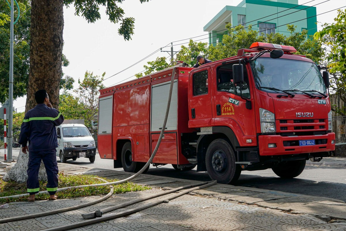 Ben Tre police have also deployed two firefighter trucks to take freshwater from the chaland and transport them to multiple locations in the province.