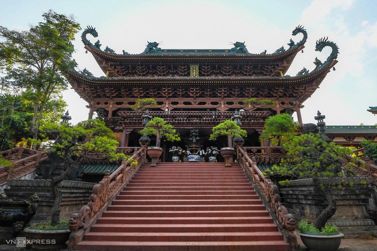 The pagodas main hall can be seen right after passing the Tam Quan gate, a triple gate architecture commonly seen at many pagodas in Vietnam.