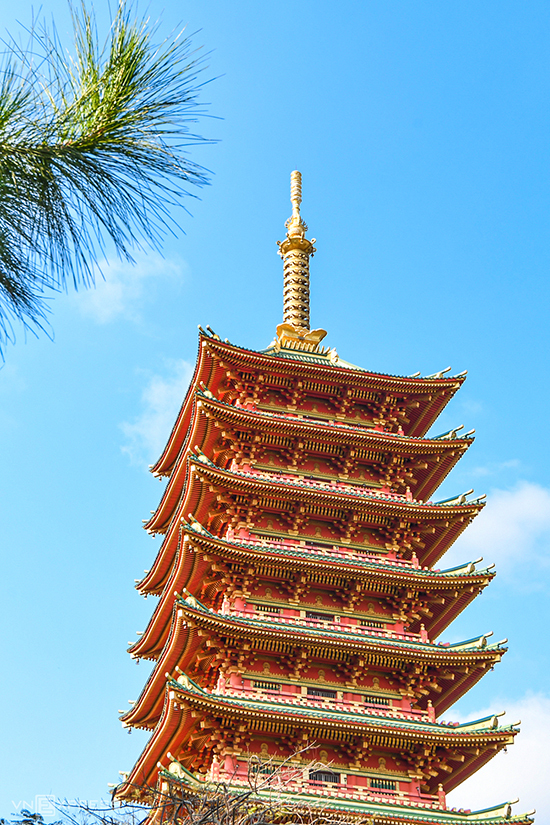 The pagoda also has nine-level tower with Buddhist relic inside that is 70 meters tall and has many similarities with Japanese Buddhist architectures.