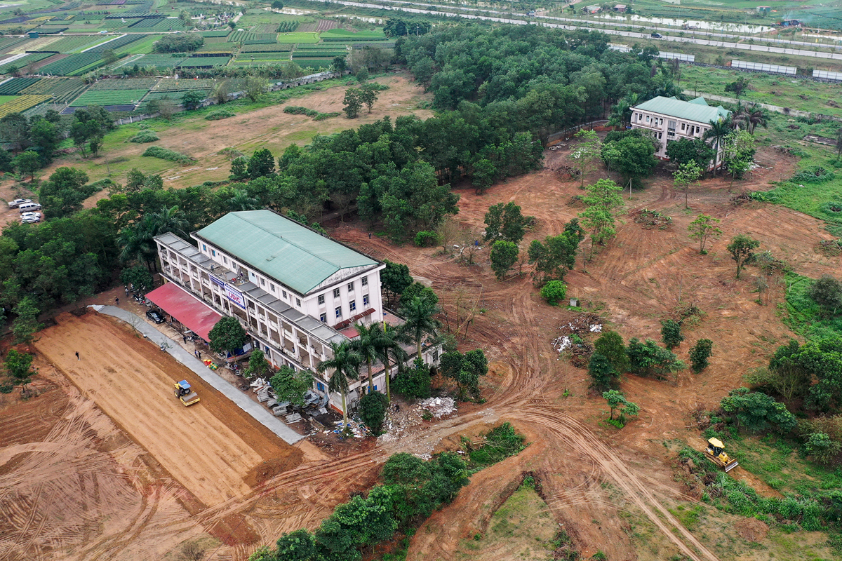 The buildings, used to be the General Hospital of Me Linh District will be used as a back up facility for hospitals as well as treatment centers in Hanoi, in case they are overloaded.The former hospital is located on a 12-hectare land across two villages, Dai Thih and Tam Dong of Me Linh District.