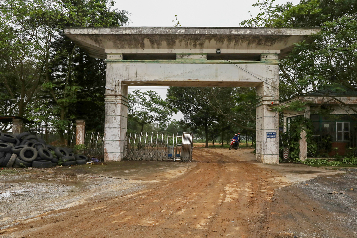 The entrance to the hospital looks worn out, with unused tires on the side. When the hospital is done with modification, it will be used to quarantine Vietnamese who return from European countries.