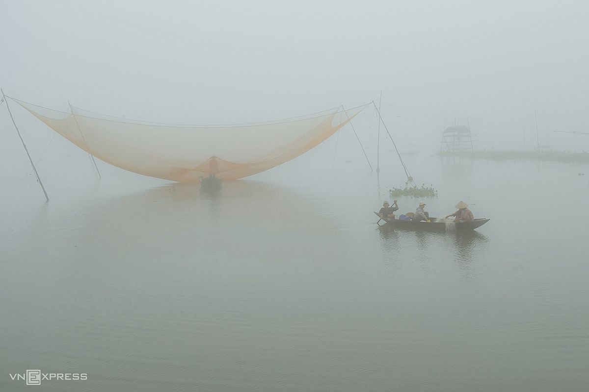The mist also follows fishermen on the Thu Bon River. The giant fish net is a typical tool in the estuarine area of Quang Nam coastal area. Fishermen usually locate in a fixed position on the river consisting of two parts of the basket and jars connected by a wire system to let go. down and pull up.