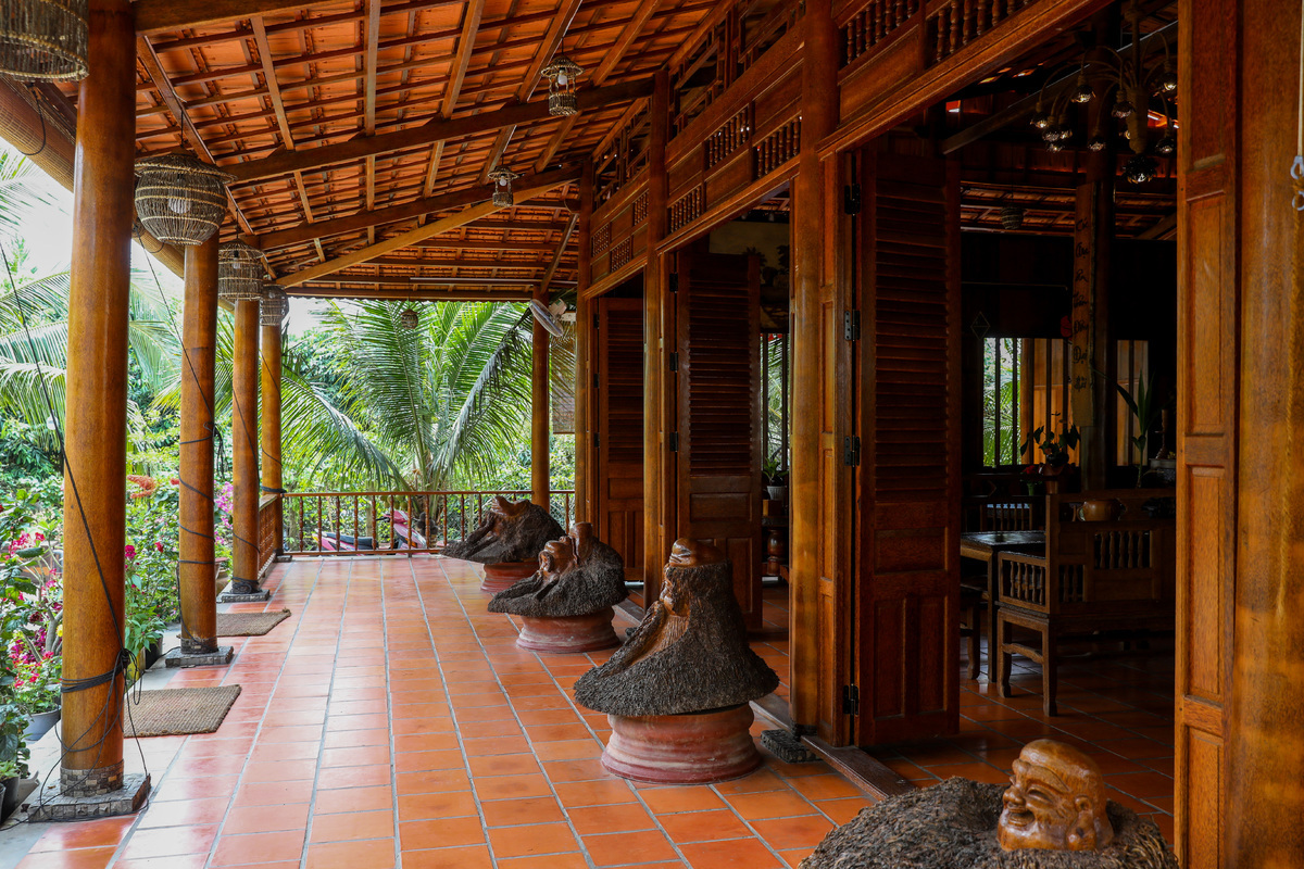 The main house is 300 square meters. Putting a twist on the original design, pillars, beams, doors, and furniture are all built of coconut wood. According to Giac, the house alone required 1,700 coconut trees out of the 4,000 used for the homestay. The trees were over 50 years old.