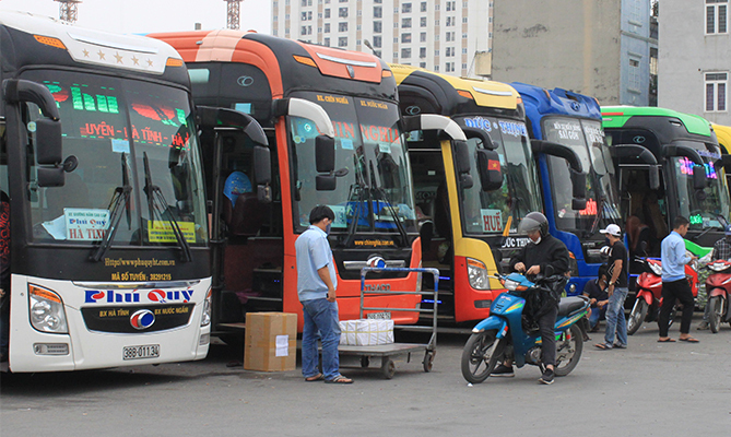 Inter-provincial buses waiting for passengers at a station in Hanoi. Photo by VnExpress/Anh Duy.