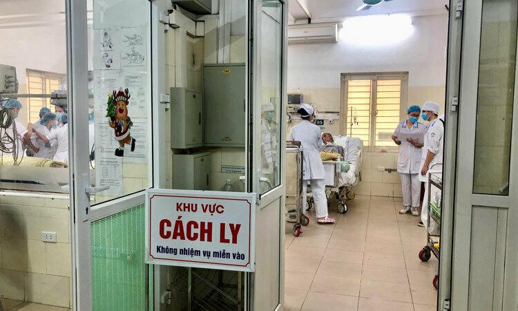 Nurses inside the quarantine room for Covid-19 suspects at the Center for Tropical Diseases, Bach Mai Hospital, Hanoi, January 2020. Photo courtesy of the hospital.