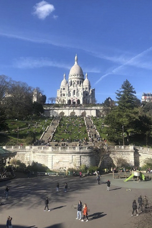 People gather at Montmartre Hill in Paris right before France declared its national lockdown on March 17, 2020. Photo by VnExpress/Dieu Linh.