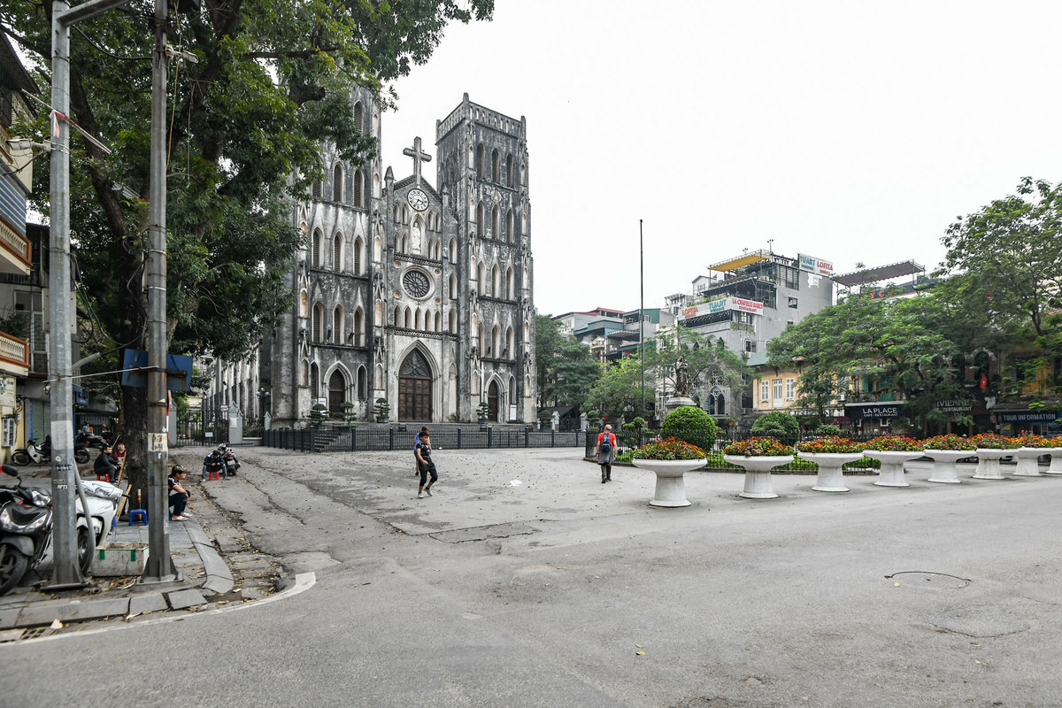 The St. Joseph's Cathedral in Hanoi used to be packed with tourists and Hanoians who gather here on weekends to sit on coffee shops around the area. At the moment, only some people are still walking around here.