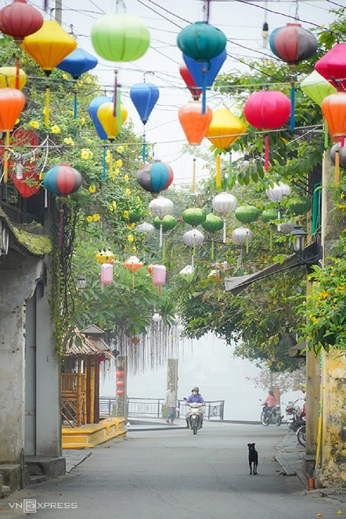 As the chill air permeates Nguyen Thai Hoc Street one March morning, Hoi An seems to be awaking from a slumber. The town has short and narrow roads that connect with a labyrinth of alleys. Hoi An was recognized by the UNESCO as a world cultural heritage site in 1999. In 2019, it was among the top 15 best tourist cities in the world as voted by readers of Travel & Leisure, one of the worlds most popular travel magazines.