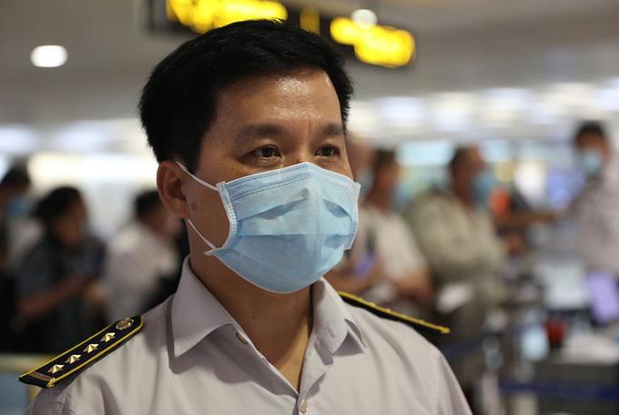 Dr Nguyen Hong Tam works at the airport. Photo by VnExpress/Huu Cong.