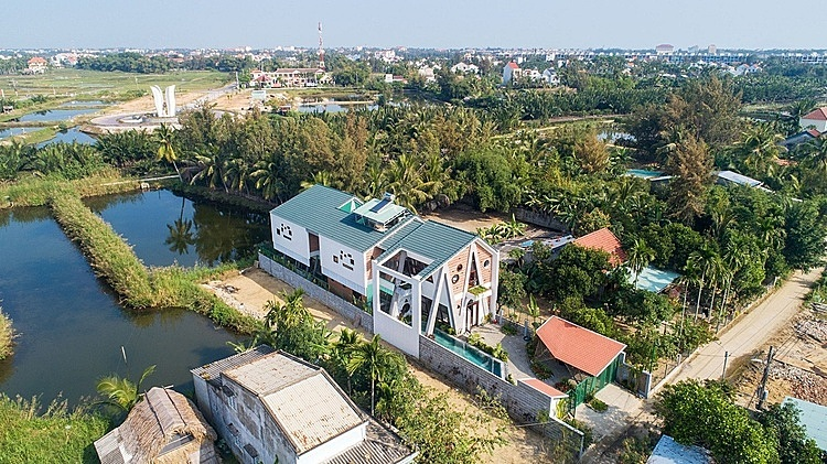 The 450-meter-square house is in Cam Thanh Village of Hoi An old town, which is famous for coconut and nipa palms together with hundreds of years old houses. Therefore, the homeowners, a married couple, wanted their house to promote the values of local culture and nature.