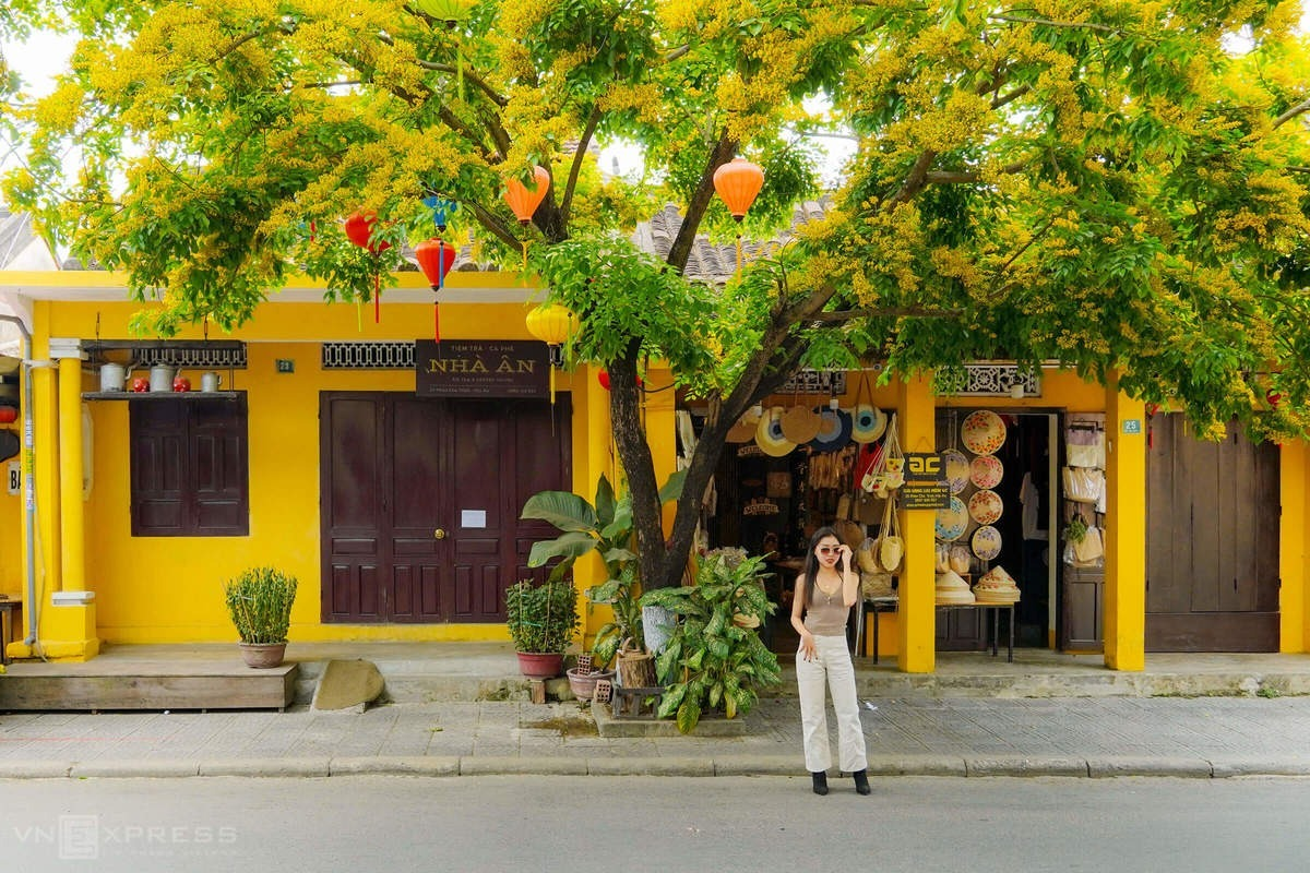 Unlike Ho Chi Minh and Hanoi, the two biggest cities in Vietnam that are full of noisy vehicles and modern skyscrapers, Hoi An has managed to preserve its tranquility and slow pace of life with its signatureyellowwalls andcenturies-oldhouses.