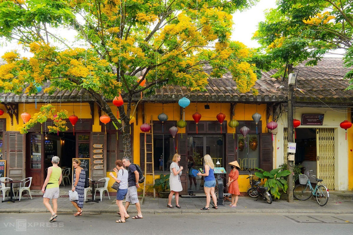 A group of foreign tourists visitedHoi An on March 14.The town, where a British tourist was found infected with Covid-19,stopped welcoming arrivals to Bay Mau Coconut Forest, two miles from the town center, as well asThanh Ha Pottery Village andTra Que Villageuntil the end of this month.