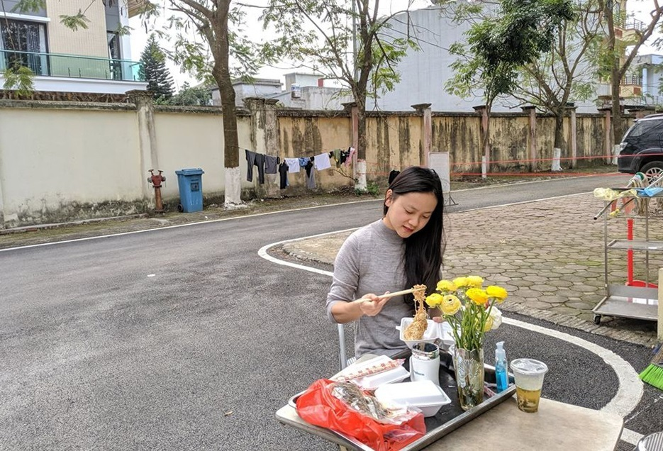 Pham Huong kept herself occupied during her quarantine with hobbies like flower arranging, reading, singing, and dancing. She also kept up with her business whilst in there.