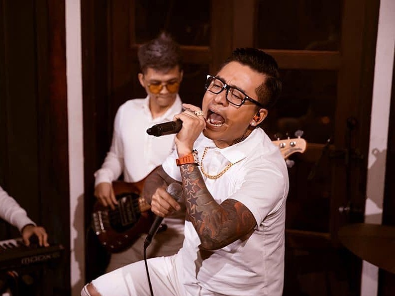 Singer Tuan Hung still performs, but not on a stage. He showed his voice at home and made a live video for his fans, who paid VND200,000 to watch. The singer maintained he could not let the coronavirus prevent him from working.