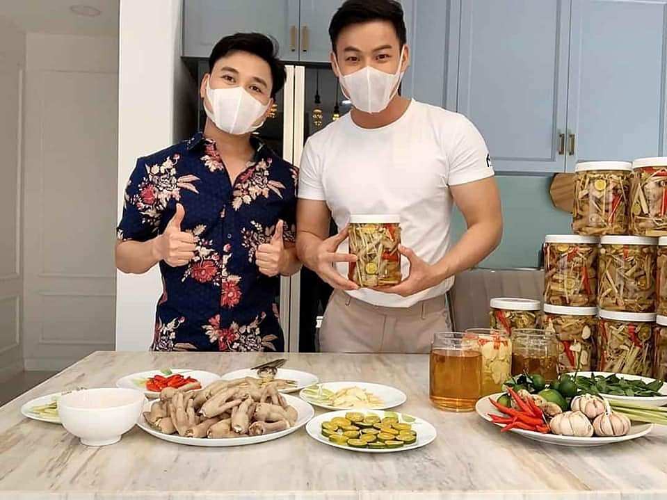Singer Don Nguyen (L) has decided to sell snacks on his Facebook page, including pork skin, chicken legs, kimchi, durian cakes., etc. The singer said he was not afraid of people making fun of him since all he has done is trying to make money properly. Nguyen will maintain his business until the pandemic is over. Photo by Facebook/Don Nguyen.
