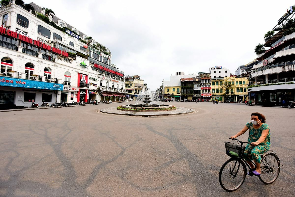 On March 26 silence reigned over normally bustling Dong Kinh Nghia Thuc Square in the old quarter at the heart of the capital. Bars, karaoke parlors, gyms, and cafes are all closed until April 5.