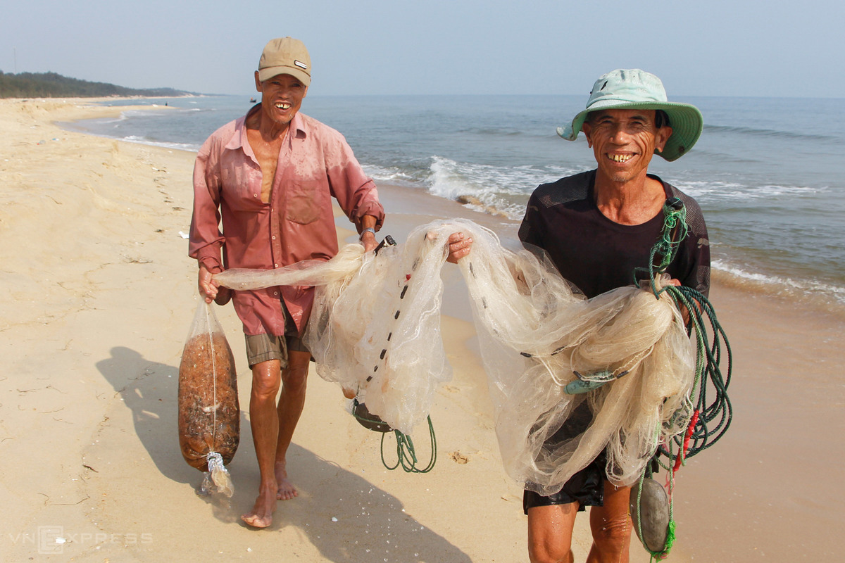 After 10 minutes casting their net close to shore, two fishermen in Hai Duong Commune smile broadly with a few dozen kilograms of shrimp. Freshly caught shrimp is later sold the same day to local traders for VND10,000 ($0.4) per kilogram. Sun-dried krill is sold for VND150,000 ($6.3) per kilogram.