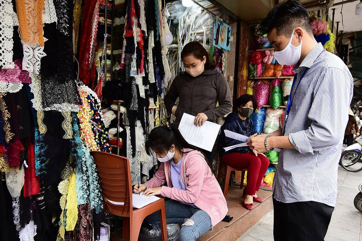Ward administrative officials serve notices on businesses on Hang Bo Street to close.