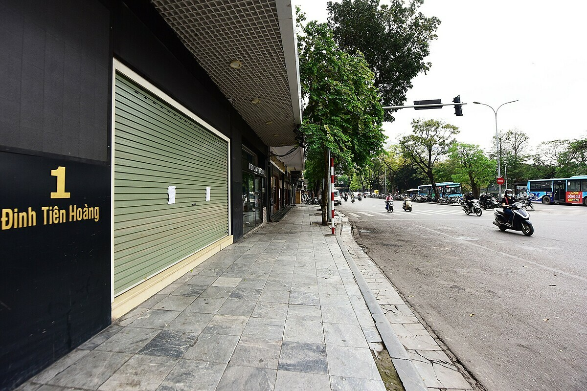On nearby Dinh Tien Hoang Street in Hoan Kiem District, home to many street eateries and the famous Cafe Dinh, all stores and restaurants are closed. The sidewalk looks uncharacteristically bare without its usual crowd of iced-tea vendors, tourists, and passersby.