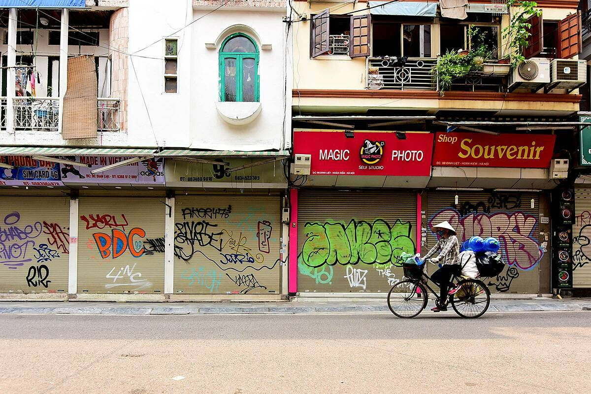 All eateries, coffee shops and souvenir stores on Dinh Liet Street near the iconic Hoan Kiem Lake are also closed.
