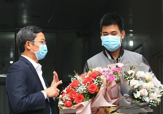 Tung (R) was discharged from Ninh Binh General Hospital on March 20, 2020. Photo courtesy of Ninh Binh General Hospital.