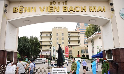 Gather forces to stamp out Covid-19 at Hanoi hospital: Deputy PM