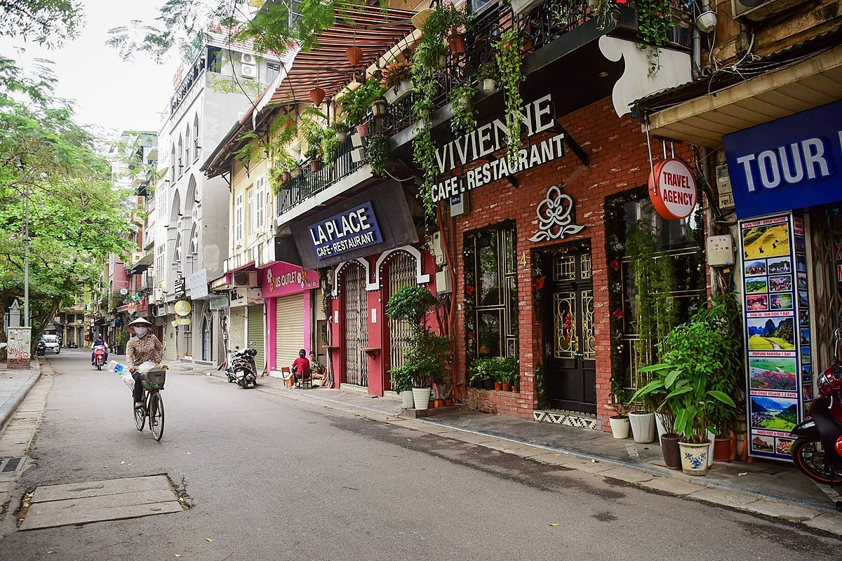 All restaurants and coffee shops in Hanoi are closed until April 15 to prevent the spread of the Covid-19 pandemic. Photo by VnExpress/Giang Huy.