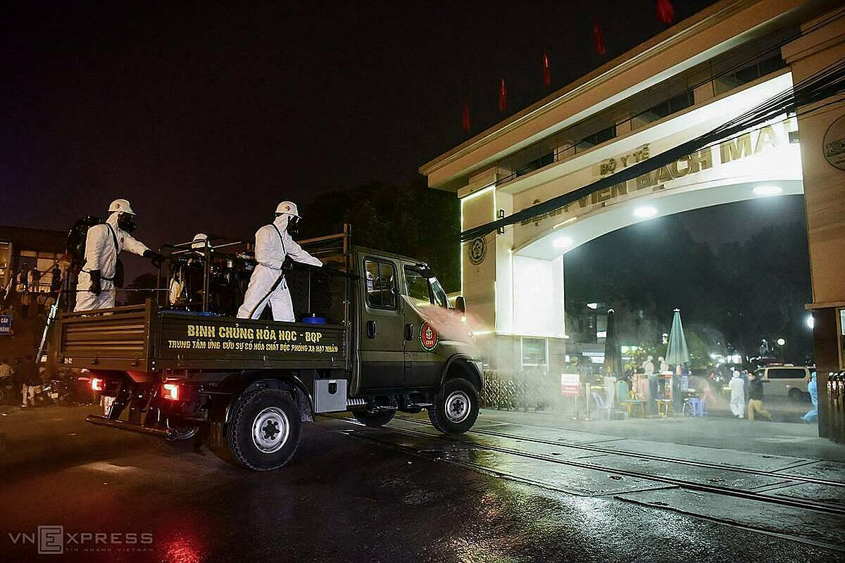 Around 7 p.m. Saturday, a fleet of 10 vehicles carrying soldiers fromVietnamese Armys Chemical Division began disinfecting Bach Mai Hospital,one of Vietnam's largest, in Hanois Dong Da District.