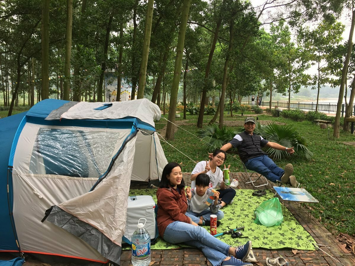 Vi's family camps at the Ham Rong Lakeside (*) next to Dong Quan Lake.
