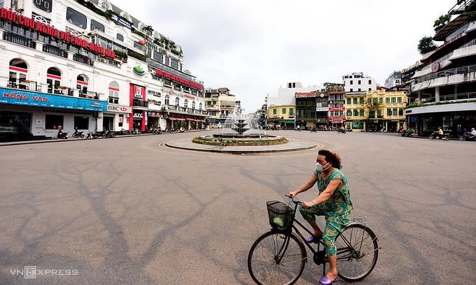 Prepare for lockdown scenarios, Hanoi, HCMC told