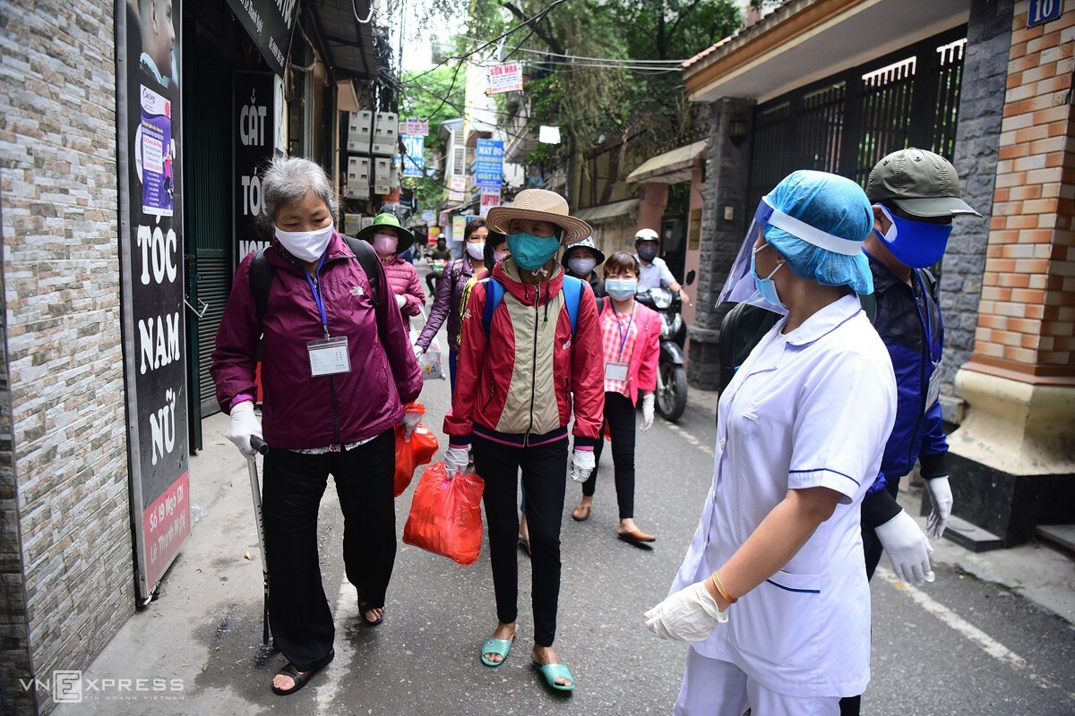 Medical staff have been informing residents in the neighborhood about the disease at the alley's entrance starting Monday. Authorities in Hai Ba Trung District will provide 10 kilograms of rice and a million dongc($43) to each family. The district has also signed a contract with a supermarket to provide essential goods every two days to the neighborhood residents.  A separate path for patients with kidney failure has been set up so they could go to Bach Mai Hospital. Each is given a card as a ticket in and out of the path. The hospital sends a van to pick up the patients and drops them off after their treatment.  Alley 121 alone is home to 105 patients with kidney failure. About 500 people with the same health issue have been getting treatment at the hospital.