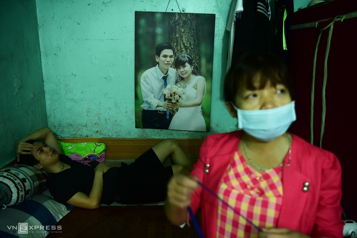 Oanh and her husband (L) Le Van Vinh live in a rented room that is about than 10 square meters wide. The couple pays a monthly rent of VND1.5 million.  Oanh is not the only patient of her kind in Alley 121 which is dubbed kidney failure patient neighborhood. The neighborhood consists of nine households. Eight families still live in the alley and visit the hospital to get treated, while one had gone back to their hometown after the end of Lunar New Year festival to avoid the outbreaks in the city.
