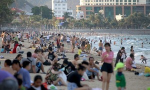 Crowds ignore PM's social distancing appeal, flock to beaches