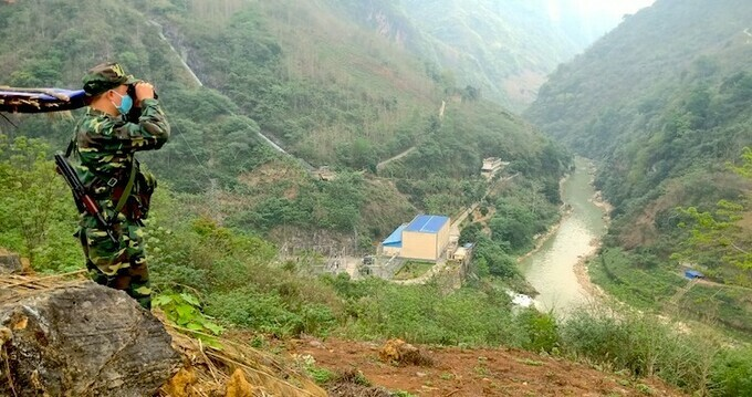 A guard at checkpoint 170(3) scans the vicinity near a Chinese hydroelectric plant. Photo by VnExpress/Gia Khau.
