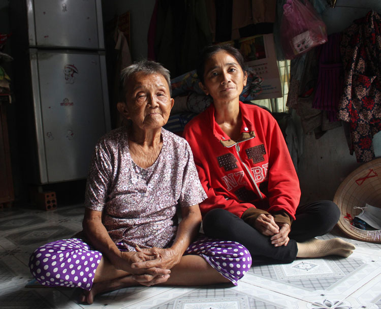 Scrap collectors Chau Ngoc Nu, 83 (L) and her daughter Le Thi Kim Thanh, 48 have lost their incomes since the outbreaks ravage Vietnam. Photo by VnExpress/Phan Diep