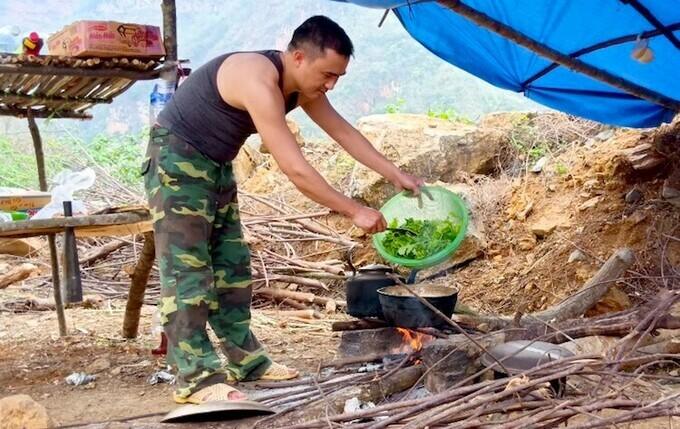 Lu A Vinh cooks while his colleagues are out on patrol. Photo by VnExpress/Gia Khau.