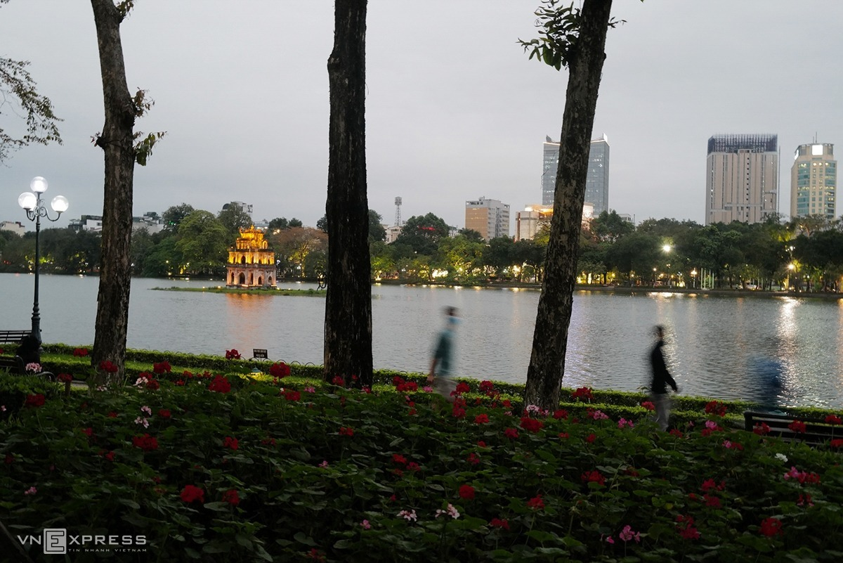 At 6: 30 p.m. residents go out and do exercise around Hoan Kiem (Sword) Lake. Earlier, city chairman Nguyen Duc Chung called on all residents in the capital, especially those above 60, to stay at home for two weeks amid complicated development of the novel coronavirus, with Hanoi recording the highest number of infections in the country at 89.