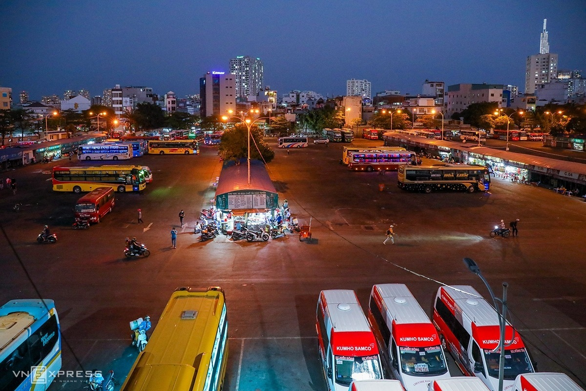 Mien Dong bus station in Binh Thanh District at 6 p.m. Tuesday only had a few vehicles parking and waiting for last trips while bus stops became deserted with passengers having their body temperature checked and making health declarations. From April 1, HCMC also stopped transporting passengers on buses, taxis, ride-hailing services and contracted cars for 15 days.The station has buses going to destinations all over northern and central Vietnam as well as the citys eastern neighbors such as Dong Nai, Binh Duong and Binh Phuoc. However, city authorities had suspended all passenger buses that travel to other provinces for two weeks, starting last Friday.
