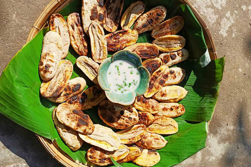 For optimal results, bananas must be grilled over coal. When grilling, they are constantly turned for a nice golden color.