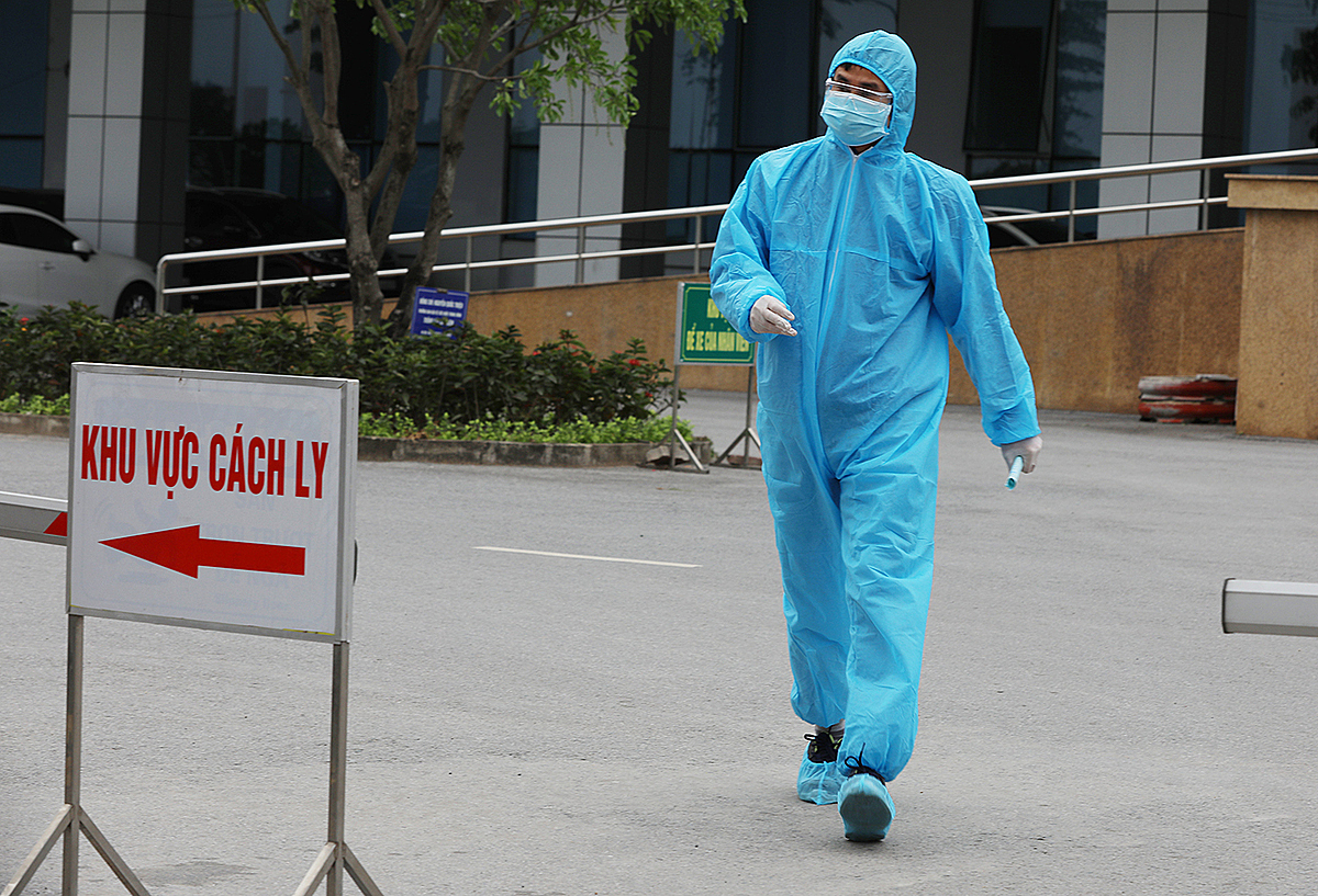 A doctor in protective gear walks inside the National Hospital of Tropical Diseases in Hanoi on March 30, 2020, the day when the hospital discharged a batch of 27 Covid-19 patients. Photo by VnExpress/Ngoc Thanh.